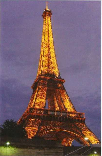 Эйфелева башня в вечерних огнях