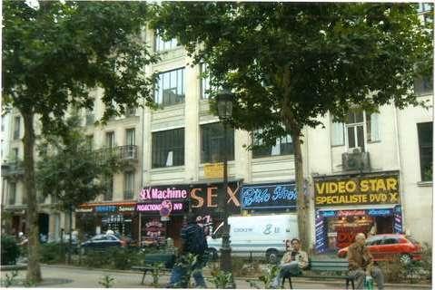 Улица, на которой расположен Мулен-Руж