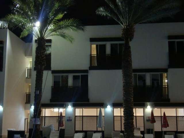 вид на отель со стороны бассейна
