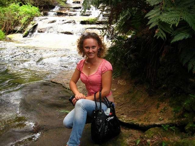 Девушка на фоне водопада