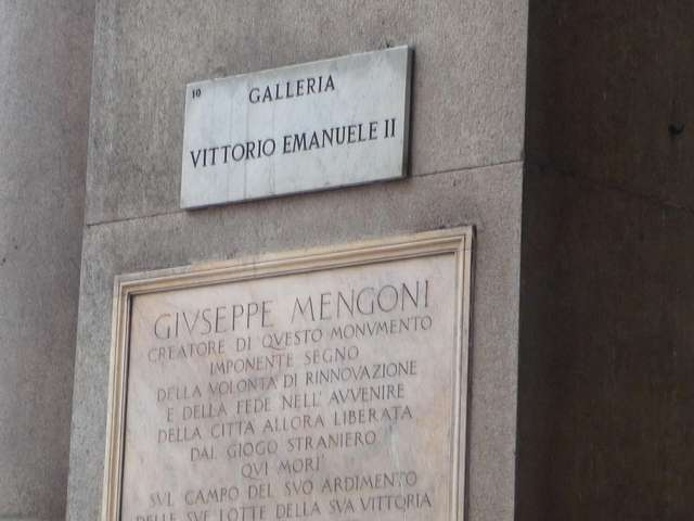 Мемориальная доска на колонне