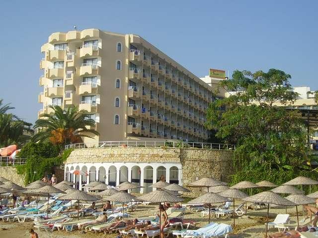 Вся наша гостиница в одном кадре: и корпус, и пляж