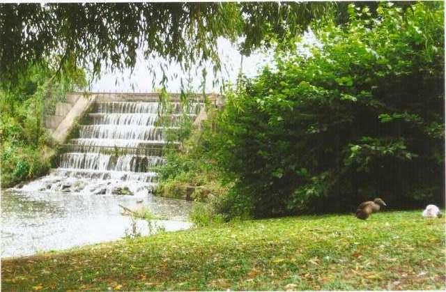 Искуственный водопад в парковой зоне замка Лидс
