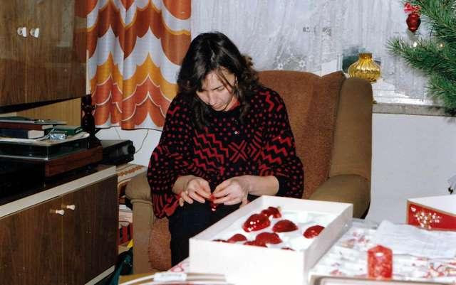 Моя жена помогает украшать ёлку