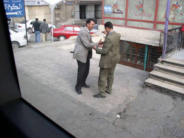 """Это два телохранителя - араба. В кармане у каждого пистолет, но они играют в """"ладушки""""..."""