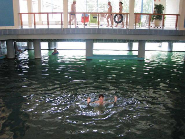 Крытый бассейн внутри озера