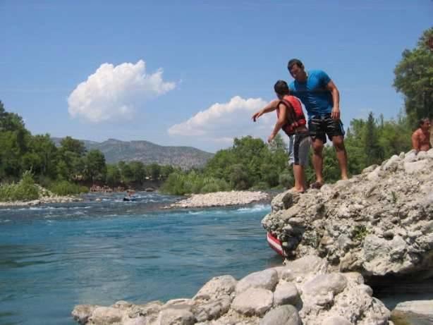 Прыжки с валуна в горную речку