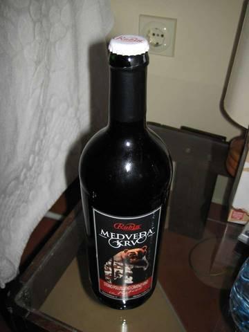 вот такие интересные крышки у местного вина.