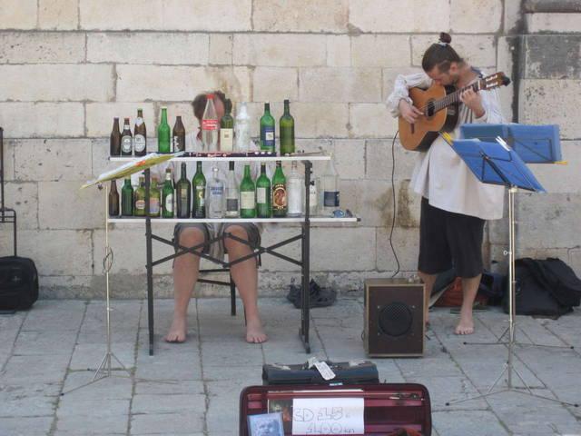 музыканты на площади. Бедняги, сколько им пришлось выпить, чтобы получить музыкальный инструмент:)
