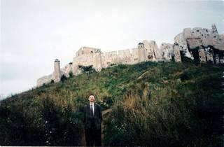 В Словакии встречаются такие удивительные находки. По дороге увидели вот такую древнюю крепость. Грех было не остановиться.