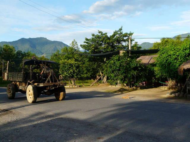 местный грузовик у первой остановки на пути