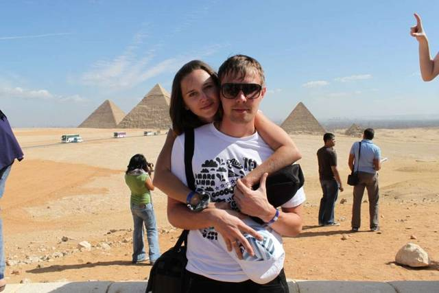 мы на фоне загадочных пирамид