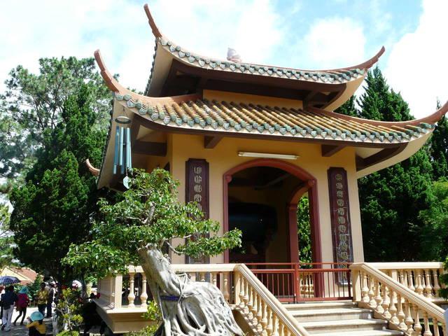 постройка на территории буддистского монастыря