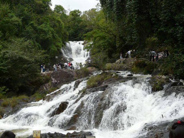 Водопад Датанла и туристы