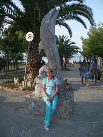 Памятник дельфину в центре поселка Ханиоти (Кассандра, Халкидики)