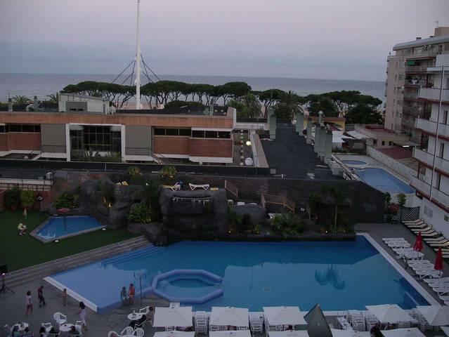Вид на внутреннюю территорию отеля Papi и море