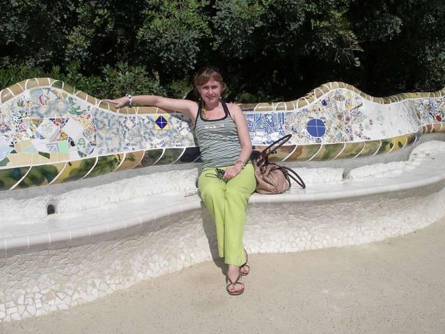 Эргономичная скамейка в парке Гуэль