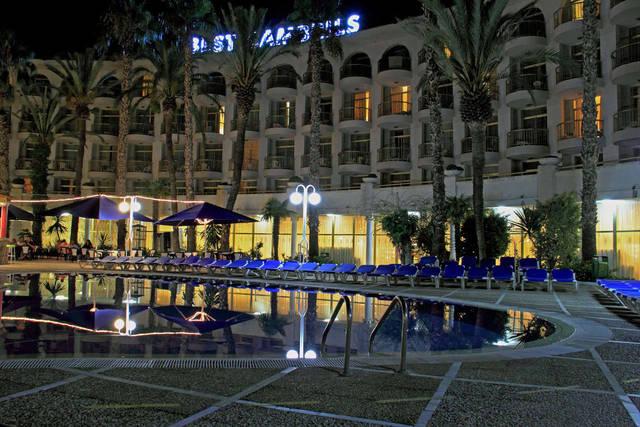 Отель вечером