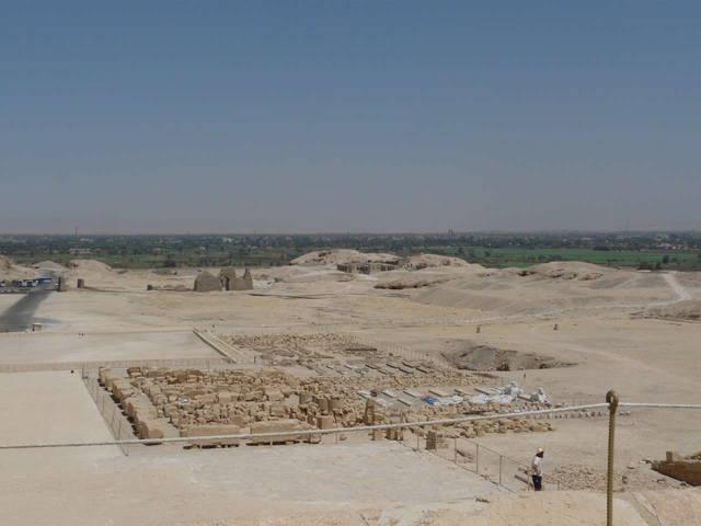 вид с вершины гробницы на участок, где ведутся архиологические работы