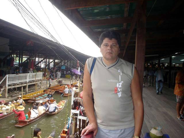 На плавучем рынке