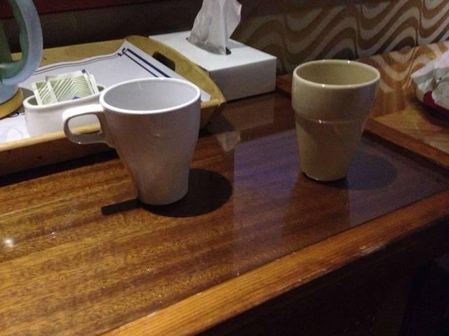 С каких  помоек собирали этот  чайный набор? Стакан со сколом,  кружка треснула и протекает.