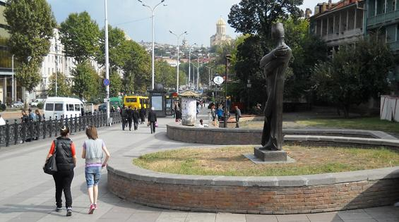 улица Бараташвили и храм Самеба (старый город).  Кстати, столько церквей и храмов, мне не приходилось видеть нигде!