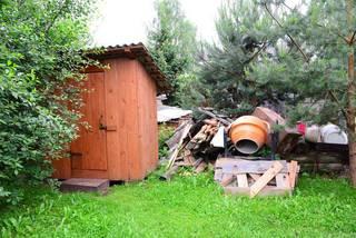 """Этот """"туалет"""" на 2 очка и куча мусора напротив входа в дом"""
