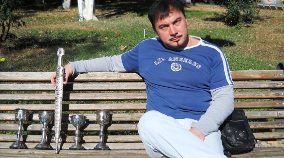 """""""Сделав столь бесценный – с моей точки зрения – фьючерс, обменявшись телефонами и обещаниями в перспективном сотовариществе, я отправился к ближайшей скамейке парка, где в благодушном настроении, принялся осмысливать содеянное"""""""
