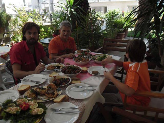 Хозяин отеля Василис и его сын Панагиотис и внук за обедом. (31 июля 2014)