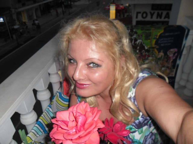 Это я с розочками, которые меня ждали на балконе и в комнате по приезду!) 8 июля 2014 года - Паралия Катерини - отель Филиппос