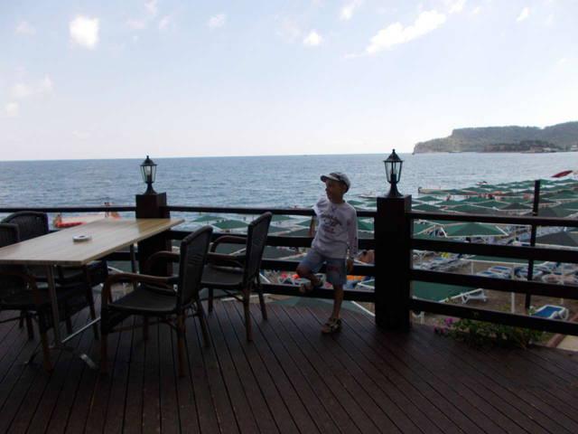 ресторан а-ля карте с видом на море и пляж днем можно здесь обедать и не ходить в основное здание