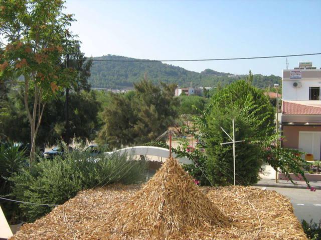 Вид с балкона на крышу бара 3