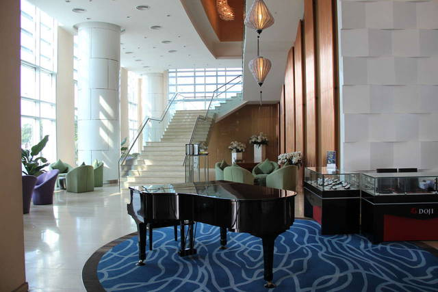 Рояль в холле отеля....