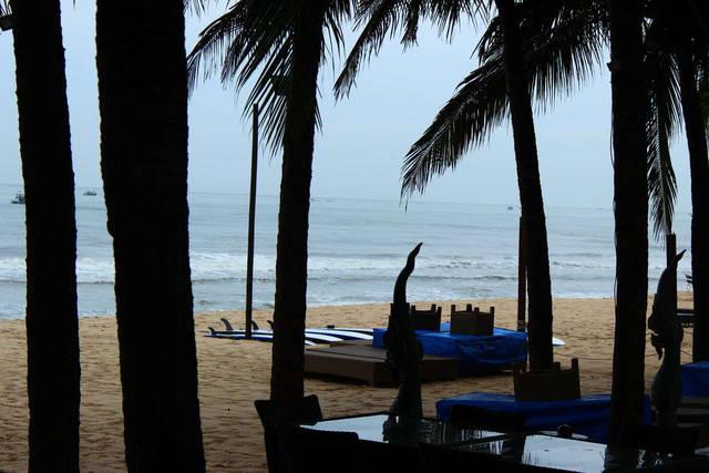 Вид из ресторана на пляж...
