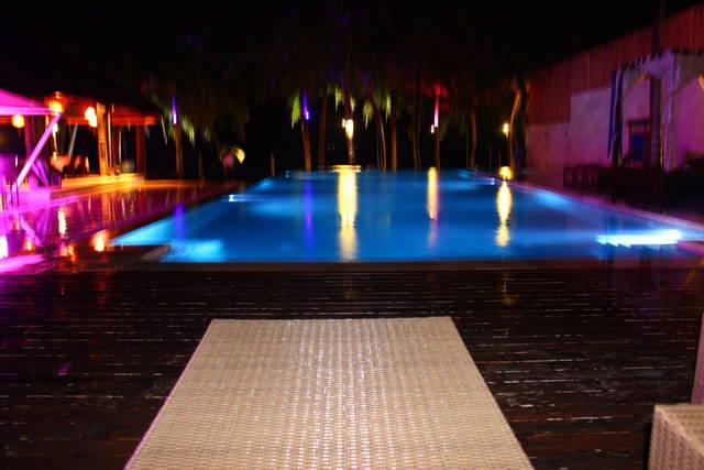 Один из бассейнов ночью...