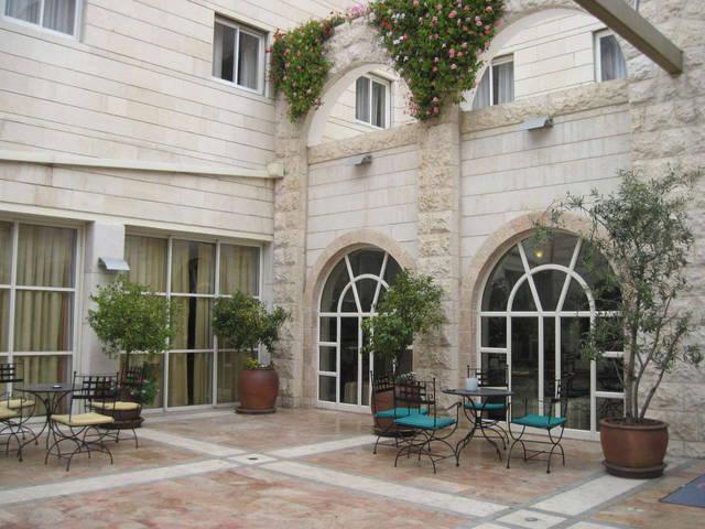 Уютный дворик перед входом в отель