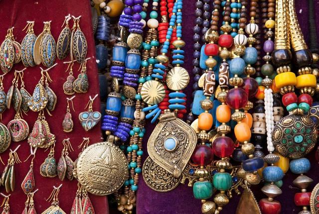 ... дочкам, племянницам, подругам, сотрудницам обязательно понравится если  вы привезете им в подарок какие-нибудь симпатичные индийские украшения —  серьги, ... caab06abd65